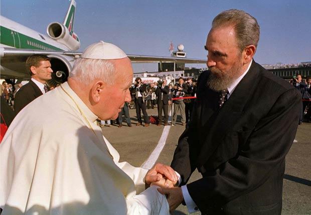 Fidel Castro saluda al Papa Juan Pablo II durante una visita a La Habana en 1998.