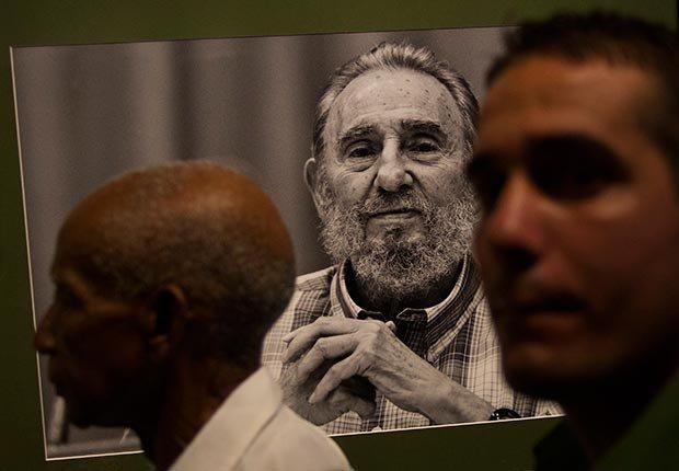 Personas visitando una exhibición de fotos de Fidel Castro.