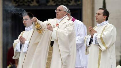 El papa Francisco lanza incienso durante la ceremonia solemne de canonización de los pontítices Juan XXIII y Juan Pablo II en la plaza de San Pedro en el vaticano el domingo 27 de abril de 2014.