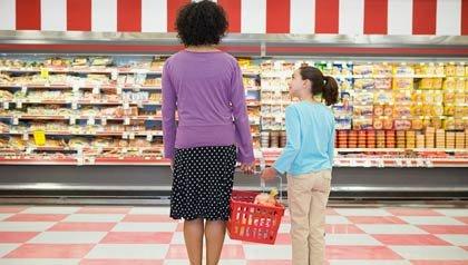 Mamá y su hija en un supermercado