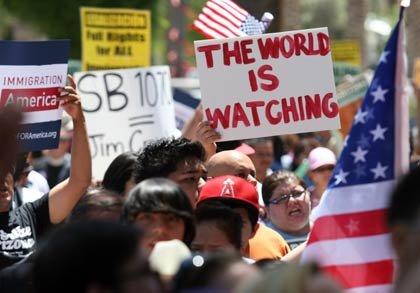 Gente protestando la ley anti-imigrantes en Arizona