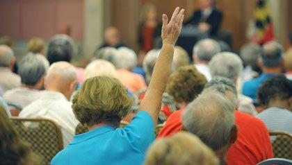 Mujer levantando la mano en una conferencia