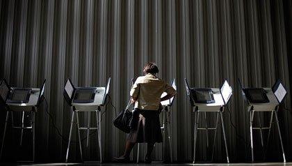 Mujer votando en College Park, Ga