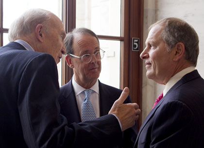 De izquierda a derecha, Alan Simpson y Erskine Bowles, co-presidentes de la comisión de déficit del presidente Obama, y David Costa, director ejecutivo de Honeywell International Inc.