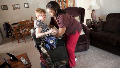 Bernadette Zarrilli en su casa con el ayudante Shari Lloyd. La guía para el votante de AARP pide a los alumnos su opinión sobre cómo más personas podrían recibir atención en el hogar.