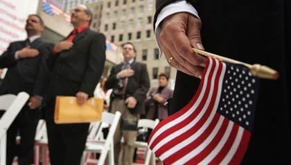 Ceremonia para convertirse en ciudadanos americanos. Bandera de los Estados Unidos en primer plano