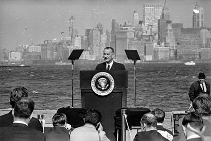 El presidente de Estados Unidos Lyndon Baines Johnson habla al lado de la Estatua de la Libertad, después de haber firmado la nueva ley de inmigración en 1965.