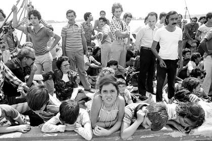 Refugiados cubanos esperan a bordo de un barco en el puerto de Mariel, Cuba, con destino a Cayo Hueso, Florida, el sábado, 23 de abril 1980.