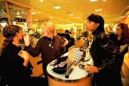 Una mujer hispana compra cosméticos en la tienda de departamentos Nordstrom durante la bonanza económica de los 1990.