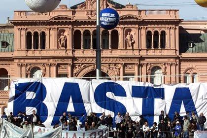 El pueblo argentino se vuelca a las calles en el 2001 en protesta por el colapso de la economía y los controles impuestos a sus cuentas bancarias, aquí frente al palacio presidencial en Buenos Aires.