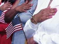Ceremonia de nacionalización - Personas jurando ante la bandera de los Estados Unidos