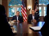 Presidente de la Cámara John Boehner (R-OH) (I) y el presidente Barack Obama esperan antes de una reunión en la Sala del Gabinete de la Casa Blanca julio 10 de 2011 en Washington, DC.