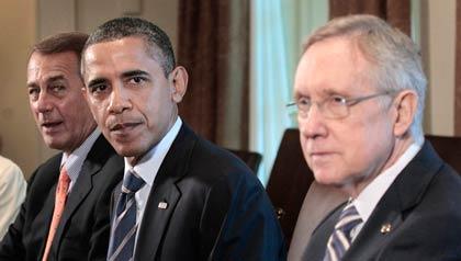 El presidente Barack Obama, el presidente de la Cámara de Representantes, John Boehner, de Ohio (I), y el presidente del Senado Harry Reid, de Nevada (D), se reúnen con líderes del Congreso en la Sala de Gabinete de la Casa Blanca en Washington, Jueves, 07 de julio 2011, para discutir la la deuda.