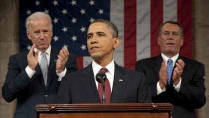 El presidente Barack Obama, es aplaudido por el vicepresidente Joe Biden (I) y el Representante a la Cámara John Boehner (D), en su discurso del Estado de la Unión