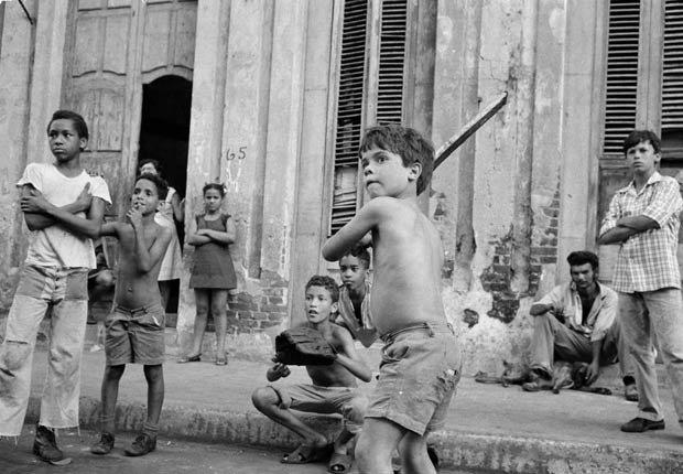 El béisbol, pasión cubana - Niño jugando béisbol en la calle en Cuba