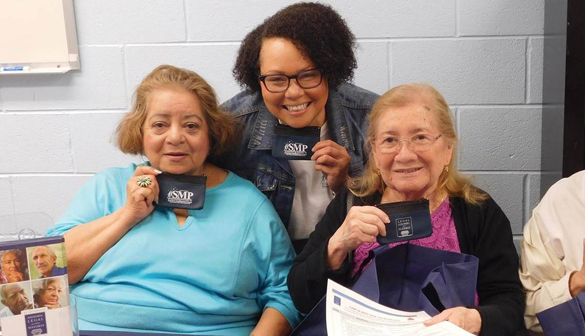 Fotografía de dos mujeres junto a una asesora jurídica de AARP para personas mayores.
