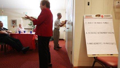 En Boynton Beach, Florida, Gloria y Reinhardt Ken lidera un grupo de voluntarios de AARP y activistas en una discusión sobre el futuro del seguro social. AARP está llevando a cabo sesiones similares en todo el estado de la Florida.