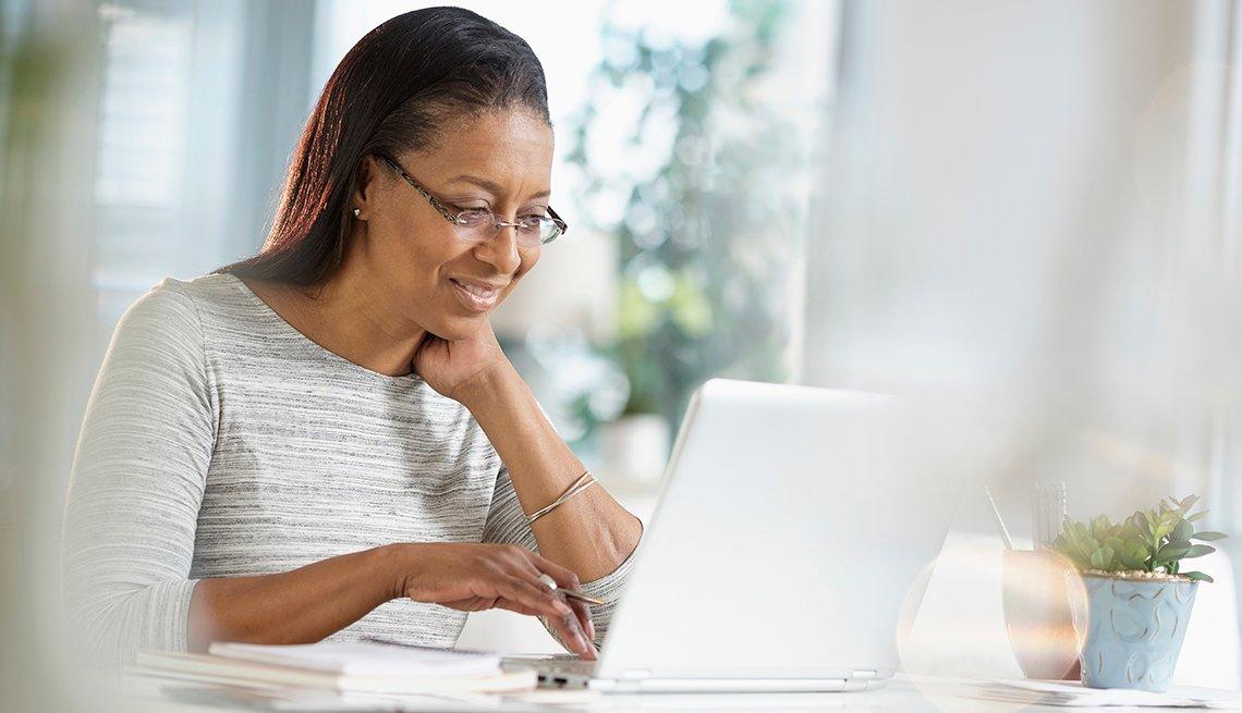 BLD183204,Mujer usando computadora, Programa Rewards for Good de AARP