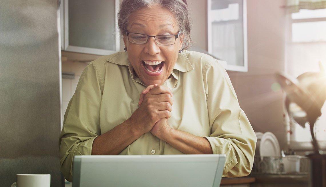 Mujer feliz frente a su computador
