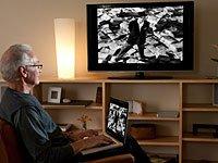 Cómo ver vídeos de Internet en la televisión, el hombre con su computador portátil