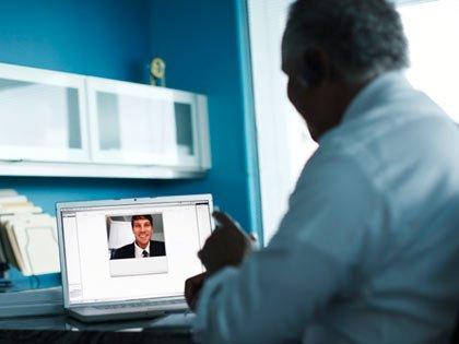 Hombre haciendo una teleconferencia con su médico