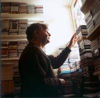 Un hombre organizando su CDs de música
