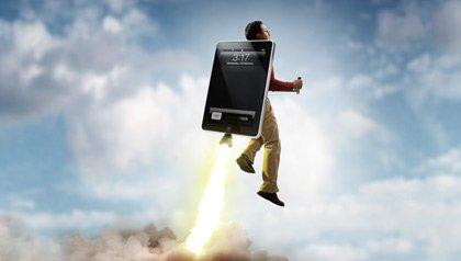 Hombre hispano volando en un cohete iPad, adoptan tempranamente tecnolgía y las redes sociales.