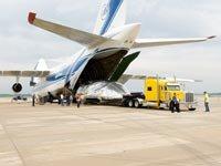 Trabajadores descargan la segunda nave aérea más grande del mundo antes de enviarla al Glenn Research Center de la NASA, donde la Dra. González Sanabria dirige los servicios de aeronáutica, ingeniería, fabricación y pruebas