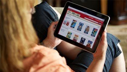Mujer buscando una película en Netflix en su iPad - 10 aplicaciones gratis para su tableta electrónica