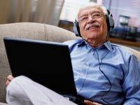 Hombre mayor estudiando otro idioma con su computador.