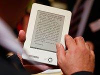 Lectores de libros electrónicos tienen muchas ventajas para los adultos mayores como diferentes tamaños de fuente y la portabilidad, un hombre sostiene un e-reader en la Feria del Libro de Frankfurt.