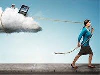 Mujer seguida por una nube que contiene aparatos electrónicos personales.