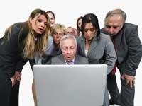 Personas mirando en una computadora portátil. Cambios en la política de privacidad de Google: cómo lo afecta.