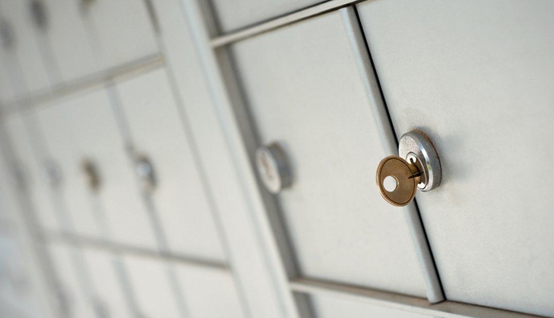 Formas de protegerte contra el robo de identidad, como revisando tu buzón de correo.