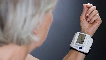 Mujer con monitor de ritmo cardiaco en la muñeca