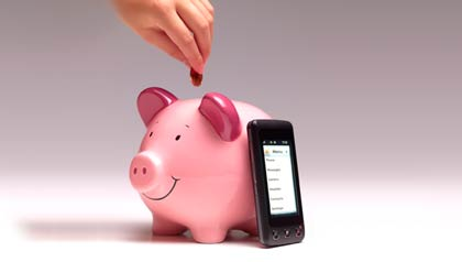 Hombre poniendole dinero a una alcancia y al lado un celular inteligente - Aplicaciones para celulares que le permitirán ahorar