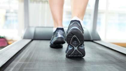 Dispositivos que mejoran su vida: Persona caminando en una cinta de andar.