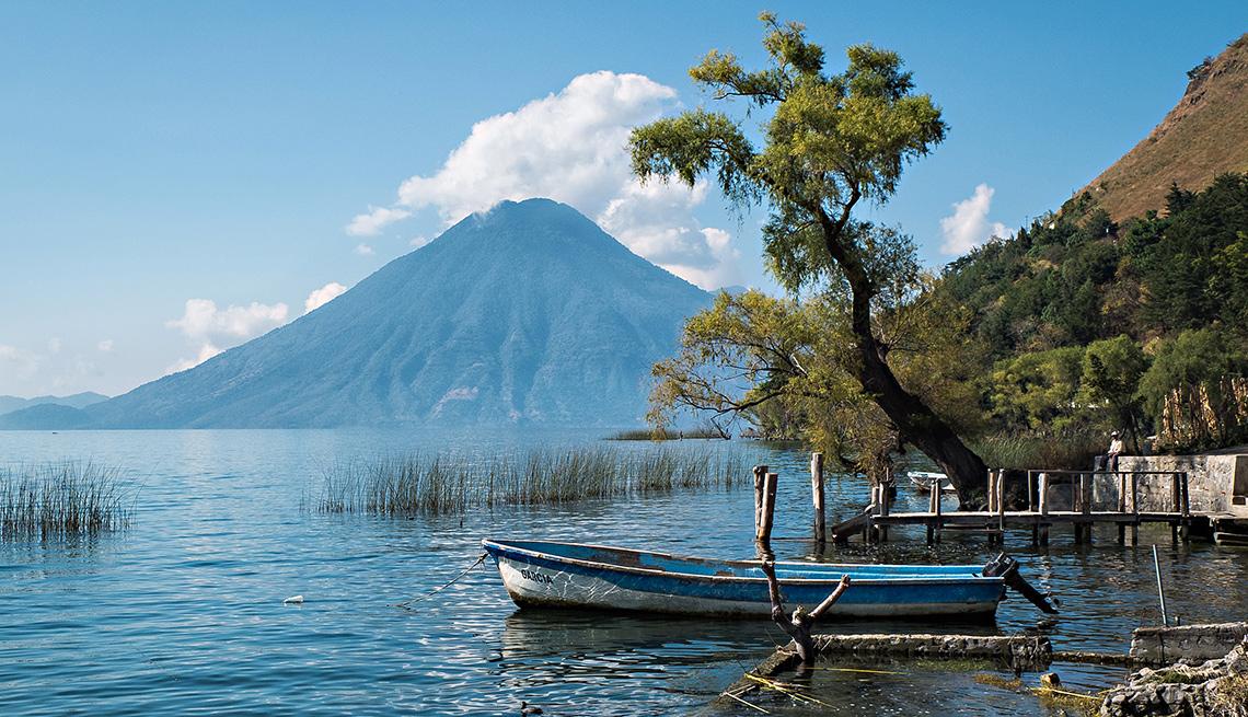 item 5 of Gallery image - Lago Atitlán con un volcán en el horizonte