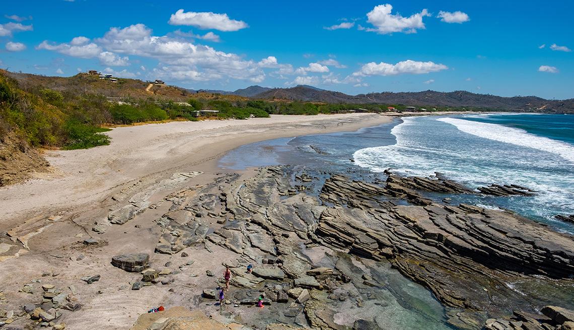 item 8 of Gallery image - Playa con arena y rocas