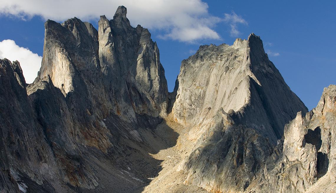 item 3 of Gallery image - Montañas con picos muy altos en Yukon, Canada.
