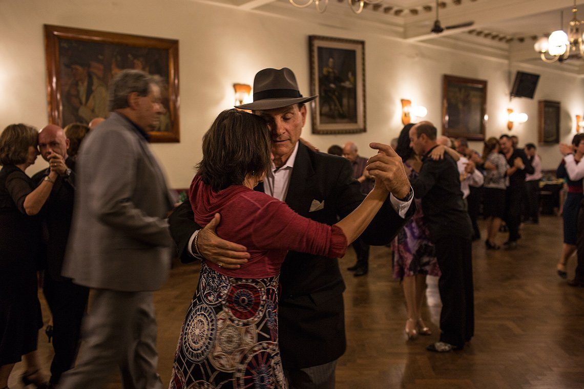 Louis Bianco profesor de baile y dueño de Louis Bianco's Argentine Tango Escuela baila con María Teresa López