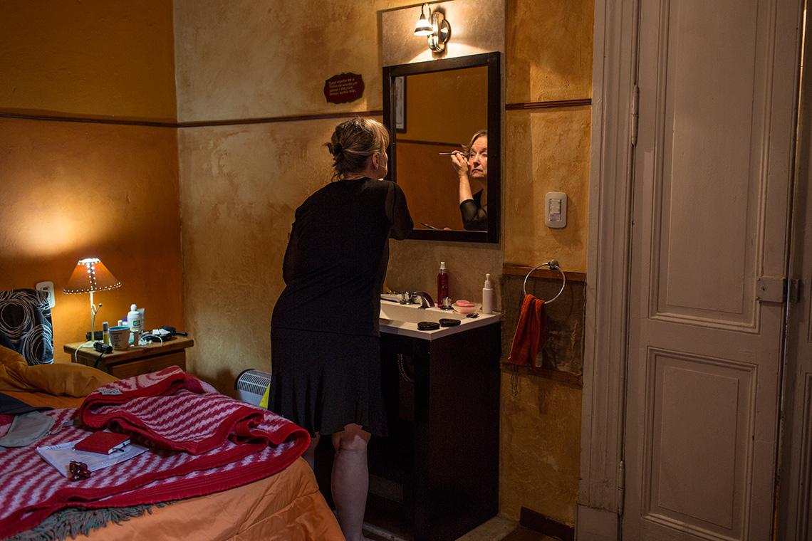 Kathleen Currie se alista para bailar en La casa de María Tango
