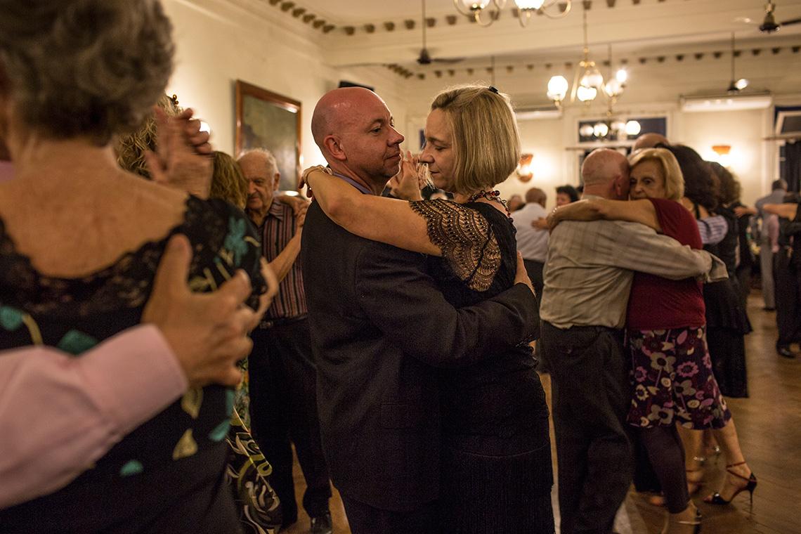 Ann y Phil Principe bailan en una milonga en Buenos Aires, Argentina