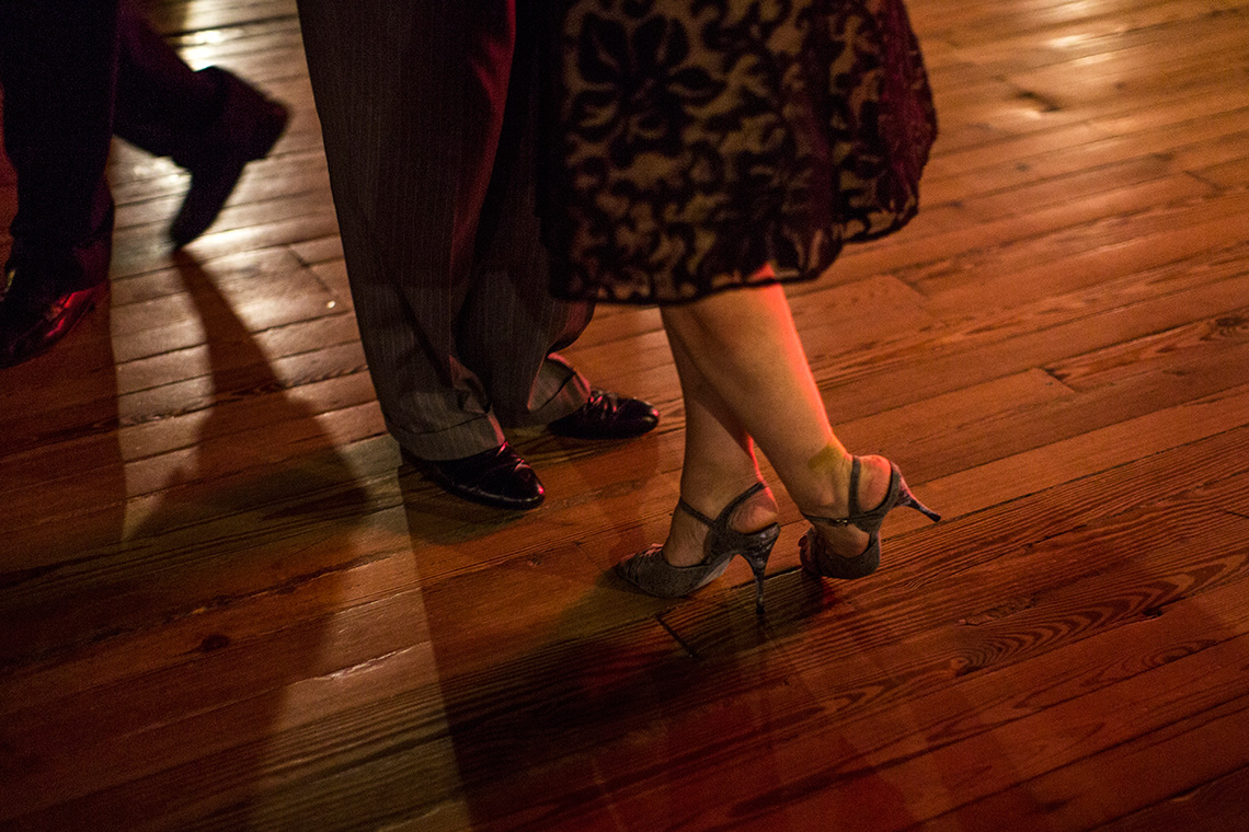 Kathleen Currie y Louis Bianco bailan en una milonga