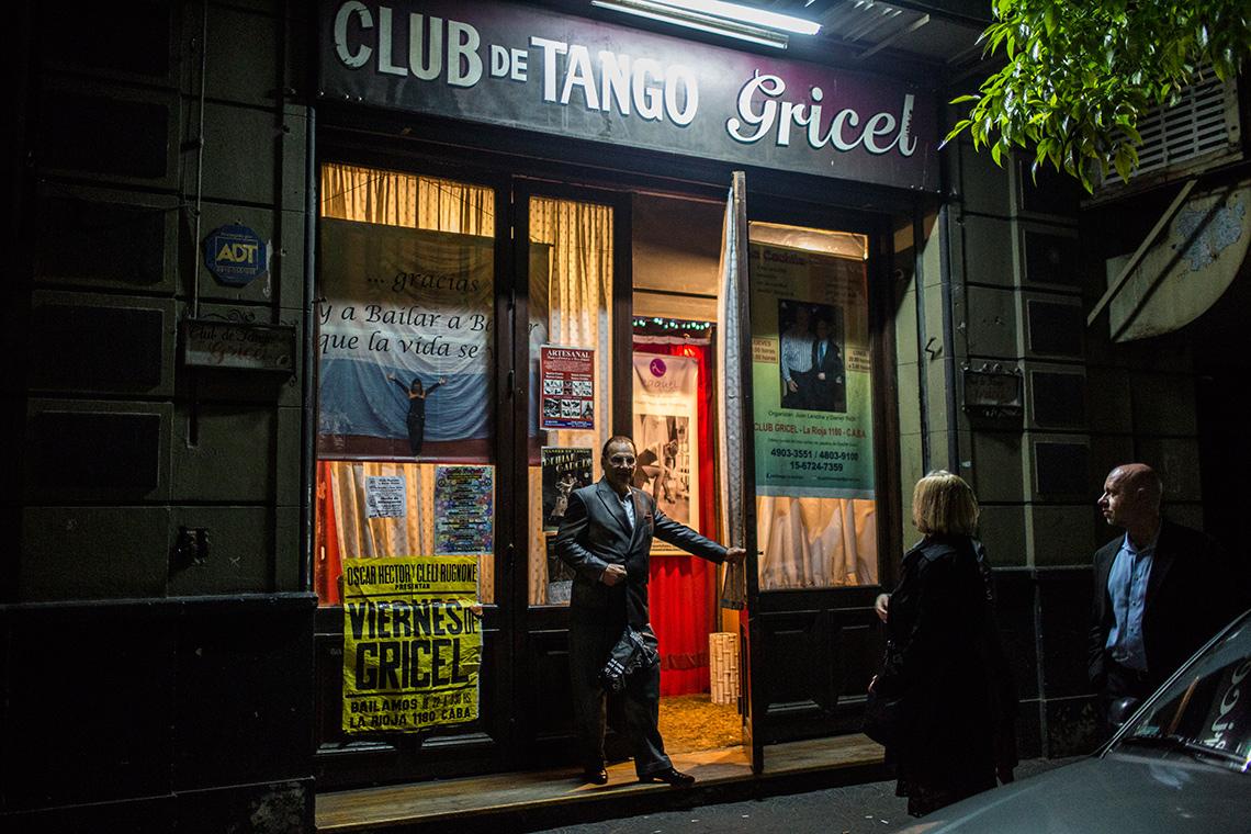 El grupo sale de un club de tango en Buenos Aires donde esa noche se presentó tango milonguero