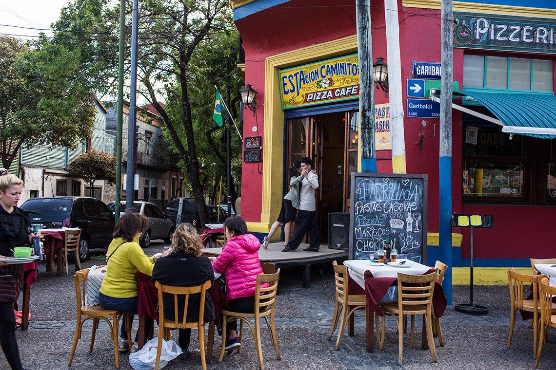 Los bailarines de tango danzan para los turistas en las calles y cafés.