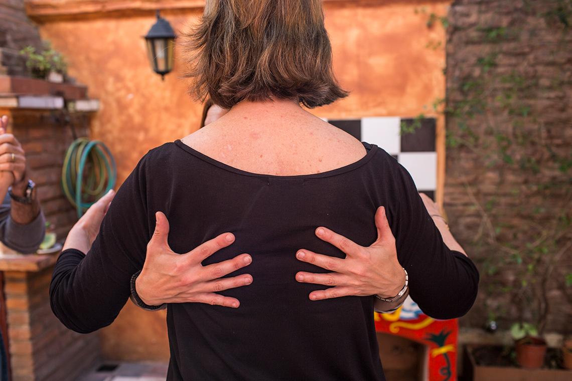 Mientras bailan el tango, la profesora de baile Carina Mele le enseña a Kathleen Currie la postura necesaria para mantener la solidez y el equilibrio
