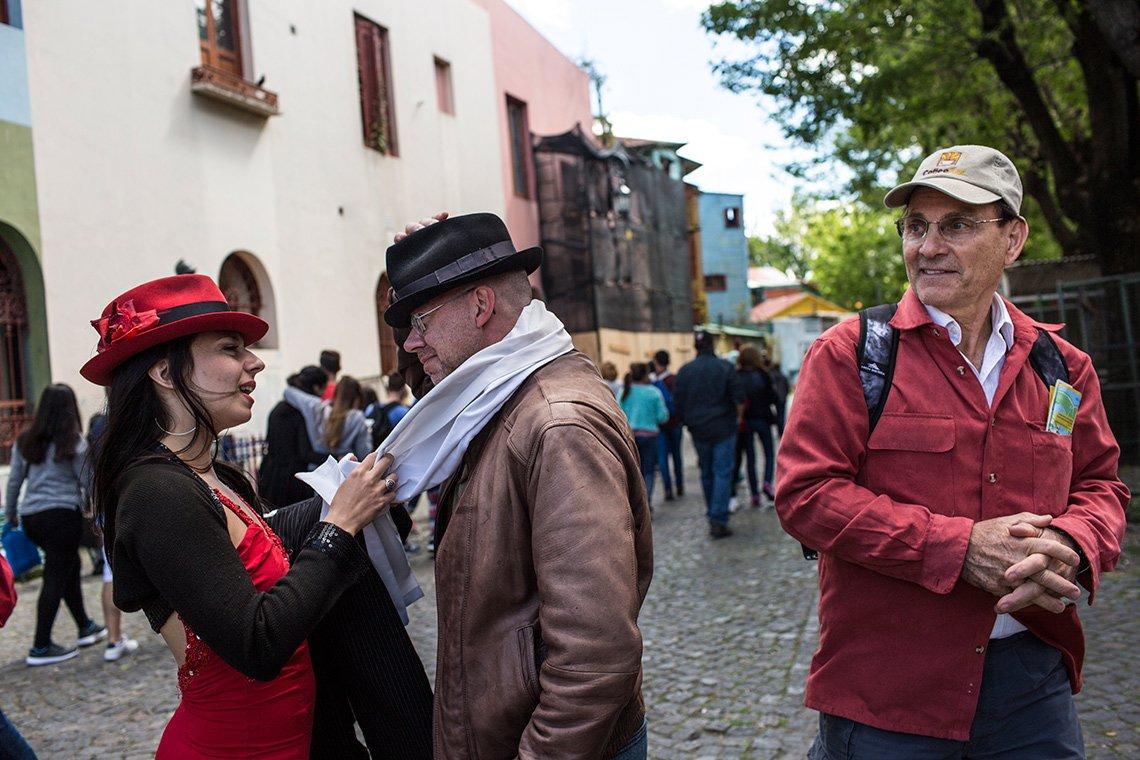 Phil Principe se deja convencer por una bailarina de tango en la calle para vestirse con ropa de tango y pagar para tomarse una foto.
