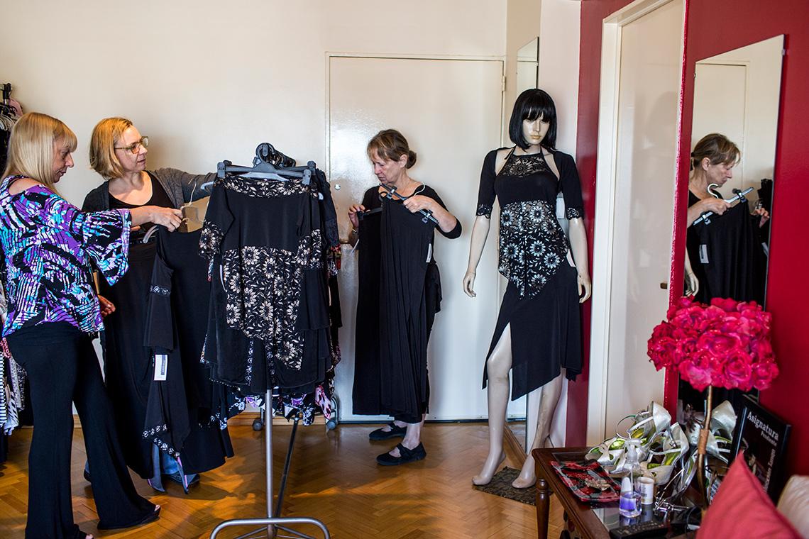Ann Principe y Kathleen Currie compran ropa para bailar tango confeccionada por Silvia Diyarian en el hogar de Silvia en Buenos Aires