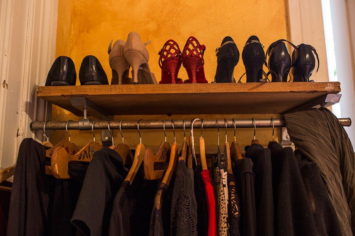 Zapatos de tango y ropa de milonga en el armario de Kathleen Currie
